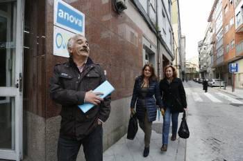 Tres dos cinco díscolos ás portas da Sede de Anova Ourense