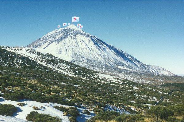 Fotografía do cumio de Cabeza de Manzaneda onde ondea as estreleiras