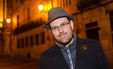 Martiño Noriega cun dos seus sombreiros, en Santiago de Compostela