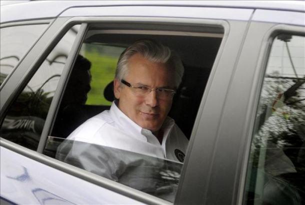 Baltasar Garzón no asento traseiro do seu vehículo antes de rebentar a asemblea independentista