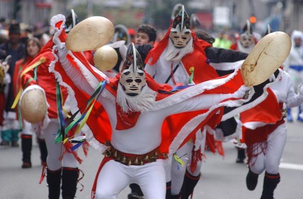 Foto de arquivo. Pantallas de Xinzo de Limia facendo uso das vexigas humanas.