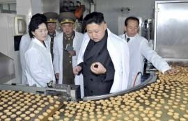 Kim Jong-un proba as galletas nunha fábrica do seu distrito.