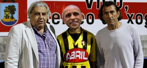 Roberto Carlos acompañado do presidente Manuel Pedro Seoane e do Director Xeral Deportivo Javier Maté.