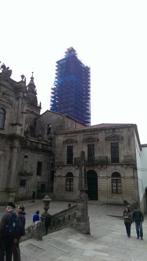 As obras vistas desde detrás da fachada principal