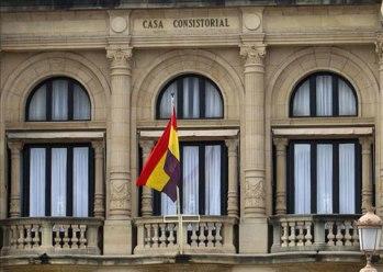Bandeira republicana ondeando no Concello de Donostia