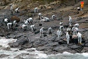 Traballadores de Repsol recollen mostras de petróleo nas Illas Cíes
