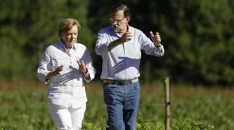 Mariano Rajoy e Angela Merkel conversando sobre o tamaño dos seus penes