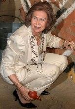 Dona Sofía campechana recolle unha cebola que se lle caeu ao chan.