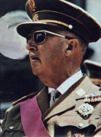 """""""Para serle franco le digo que lo sigo teniendo todo atado y bien atado"""", declarou o dictador a través dunha ouija"""