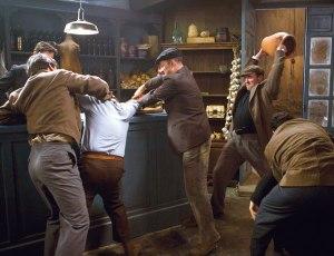 Instantánea da pelexa capturada desde a mesa á que pertencían os tres homes.