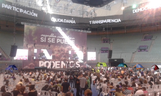 Os críticos de Podemos seguen discutindo na asemblea con algunhas tendas de campaña xa ao fondo.
