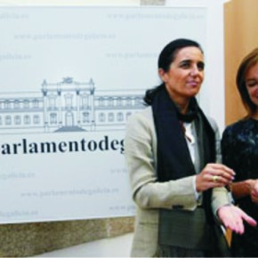 Facenda presenta os orzamentos da Xunta nun pendrive con forma desupositorio