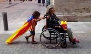 Membros das mocidades independentistas catalanas axudando a persoas con discapacidades físicas a chegar aos seus colexios electorais.