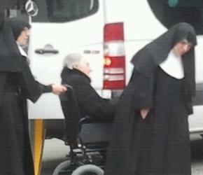 Membros do PP de Catalunya trabúcanse e carrexan a anciáns avotar