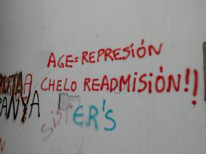 Pintadas pedindo a readmisión de Chelo no grupo da AGE.