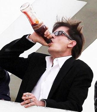 Charlie Sheen dándolle ao licorcafé nunha escena piloto