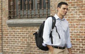 Pedro Sánchez camiñando cara a dereita, a pesar das indicacións do seu GPS.