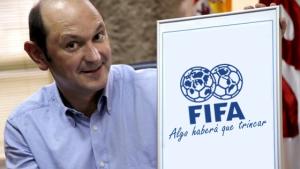Louzán posando cun cartaz da FIFA.