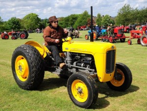 Feijóo proba un tractor amarelo antes de mercalo.