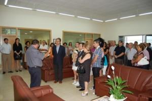 O tenente alcalde de Rairiz de Veiga falando durante un velorio.