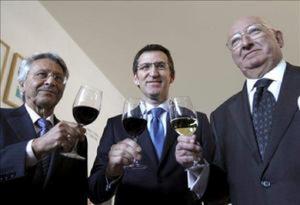 Alguén que se parece a Feijoo tomando unhas tapas e un viño coa cúpula de Nova Caixa Galicia