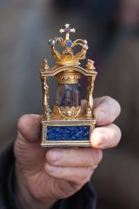 Reliquia da Virxe do Cristal en mans da Garda Civil tras extraela do cú do detido.