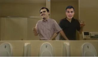 Pedro Sánchez e Albert Rivera suxeitándose os falos.