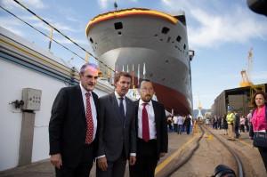 """Feijóo, Mario Conde e Marcial Dorado posan diante do barco do segundo, o """"Español""""."""