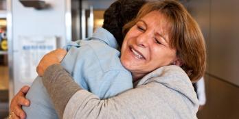 Momento no que unha nai rompe varias costelas do seu fillo.