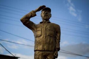 Imaxe da estatua mentres era colocada por operarios municipais.