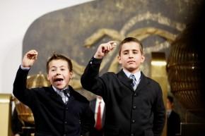 Os nenos de San Ildefonso cantan o que lles sae dasbólas