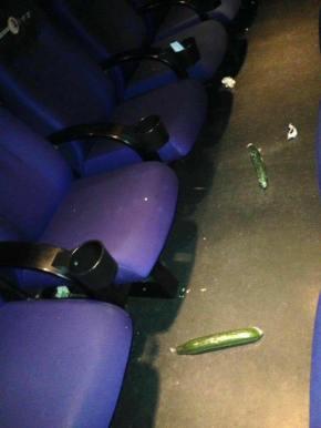 Achan dous cogombros no cinema da Estrada tras proxectarse 'Cincuenta sombras máisescuras'