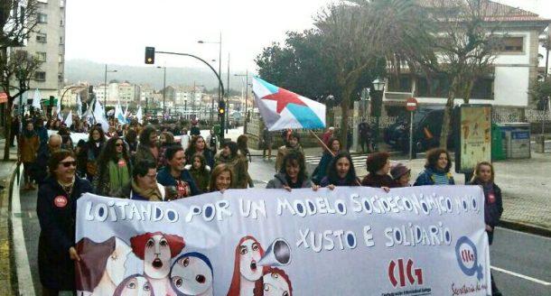 Hordas de mulleres amedrentan a centos de homes en Compostela.