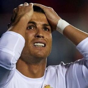 Cristiano Ronaldo indígnase co xuíz por sentalo nobanquillo