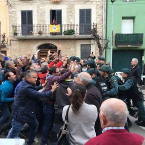 Independentistas radicais deciden atacar ás porras coas súascabezas