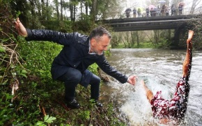 Agustín Hernández rescata un home do río e vólveoguindar