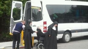Centos de monxas desconcertadas por non saber que papeleta das primarias darlle osanciáns